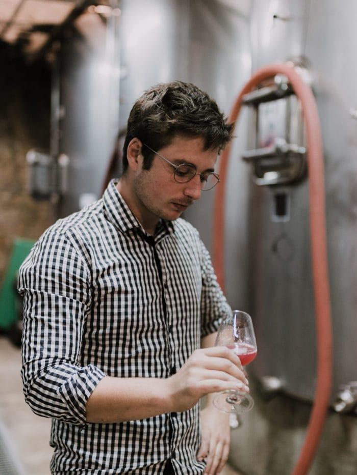 Vigneron en dégustation de vin de Bordeaux